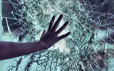 Sonhar com vidro quebrando